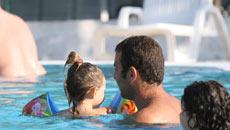 Bambina im piscina